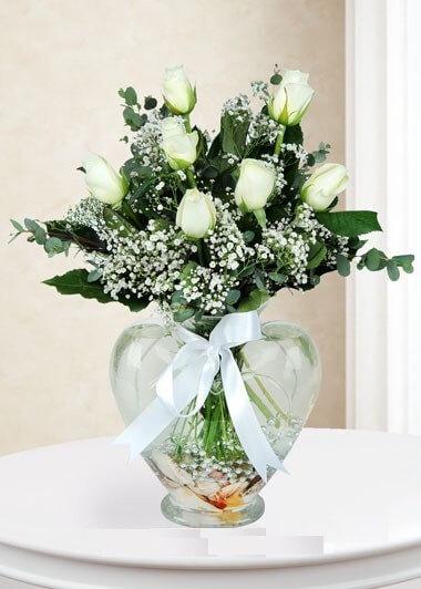 Beyaz Güller Kalp Vazoda Beyazýn Büyüsü